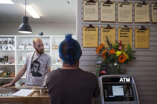 Ben Kent, salarié de la boutique Oz  conseille un client. Dans l'état de Washington le cannabis a été légalisé en 2012.