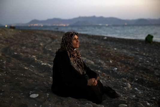 Amoun, 70 ans, une réfugiée palestinienne aveugle, sur une plage de Kos après être arrivée dans une embarcation de fortune, le 12août.