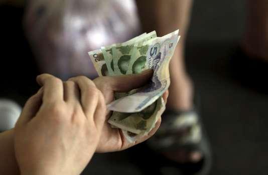Pour la deuxième fois en deux jours, la Banque de Chine a abaissé le taux de référence de sa monnaie face au dollar.