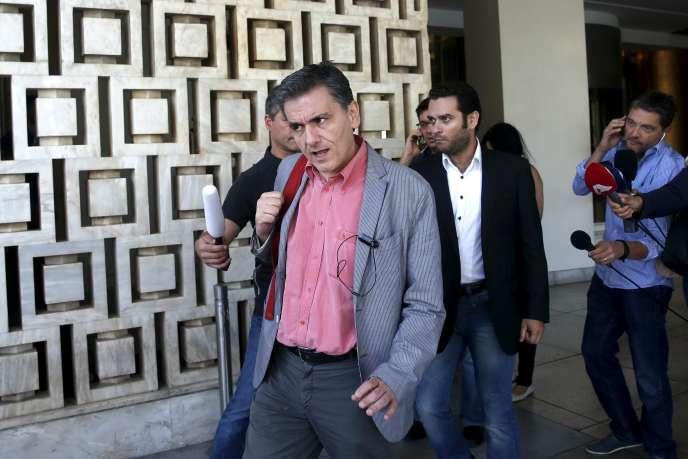 Euclide Tsakalotos, ministre des finances grec quitte l'hotel où ont eu lieu les négociations avec les représentants du Fonds Monétaire International, le 11 août.