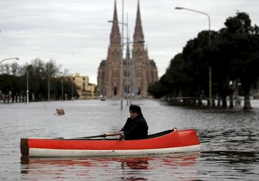 Le fleuve Lujan a pénétré jusque dans la crypte de la célèbre cathédrale de Lujan, lieu traditionnel des plus grands pèlerinages en Argentine, le 12 août.