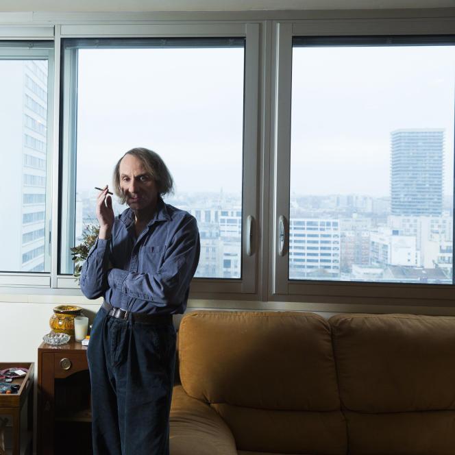 Michel Houellebecq, chez lui, à Paris, en 2014.