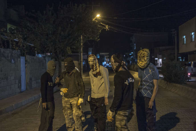 Des jeunes kurdes dans les rues de Nusaybin, à la frontière Turquie-Syrie, en août 2015.