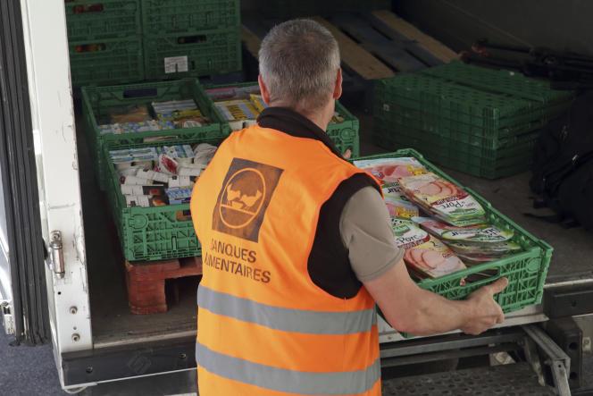 Un bénévole des Banques alimentaires récupère de la nourriture donnée par un supermarché de l'Hay-les-Roses (Val-de-Marne) en mai 2015.