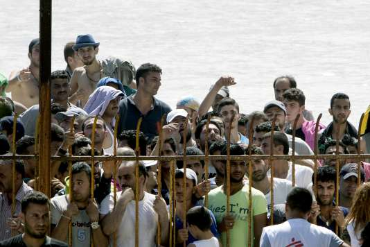 Autour du stade où ont été rassemblés des réfugiés pour les procédures d'enregistrement à la police, sur l'île de Kos, en Grèce, le 12 août.