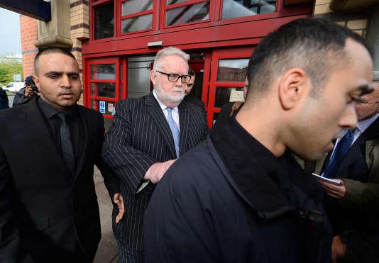Paul Flowers (au centre), ancien président non exécutif de la Co-op Bank, quitte son procès, en mai 2014. Il a reconnu prendre régulièrement de la cocaïne lorsqu'il exerçait ses fonctions.