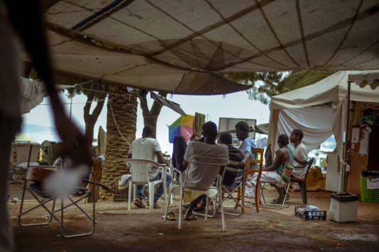 Des migrants soudanais et maliens dans un campement devant l'office du tourisme italien à Vintimille, le 9 août.