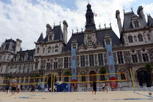 Un terrain de volley devant la mairie de Paris.