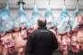 Dans une entreprise de salaison de la viande à Brennilis (Finistère).