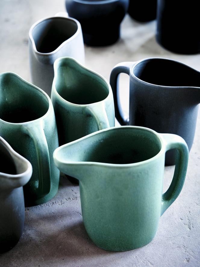 Pichet en grès divers coloris, 1,5 l. 9,90 €/pièce. Collection Sinnerling. Design Ilse Crawford pour Ikea.