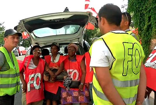 Extrait d'une vidéo de BFM-TV montrant la mobilisation des dames pipi rue Lamarck, à Paris.