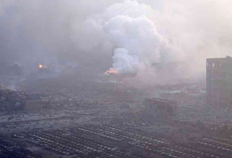 Au petit matin, sur le site de l'explosion, l'incendie serait désormais sous contrôle. Les opérations pour l'éteindre ont cependant été suspendues afin de prendre la mesure des produits dangereux qui demeurent sur le site.