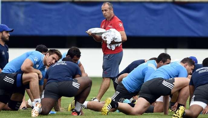 Philippe Saint-André et ses joueurs du XV de France  durant un entraînement à Perpignan le 13 août 2015.
