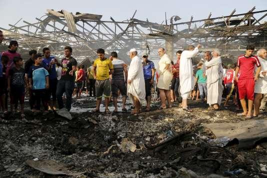 Des civils rassemblés sur le lieu de l'attentat.