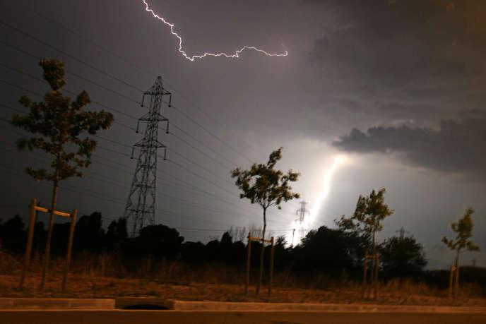 Près de 10 000 foyers étaient sans électricité jeudi 13 août au soir dans la région Nord-Pas-de-Calais .