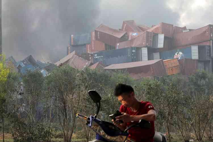 Au petit matin, des panaches de fumée étaient toujours visibles au-dessus des immeubles de la ville.