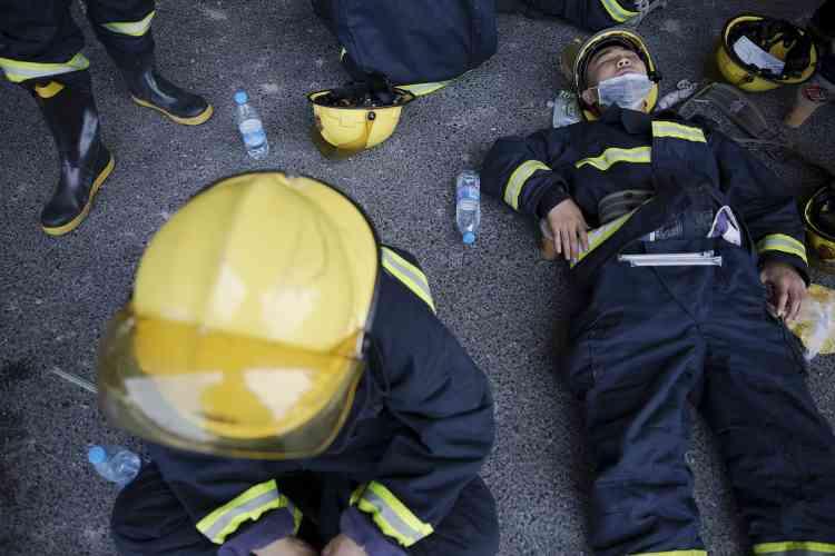 Plus de 1 000 pompiers ont été mobilisés pour maîtriser l'incendie déclenché par les déflagrations, qui serait désormais sous contrôle.