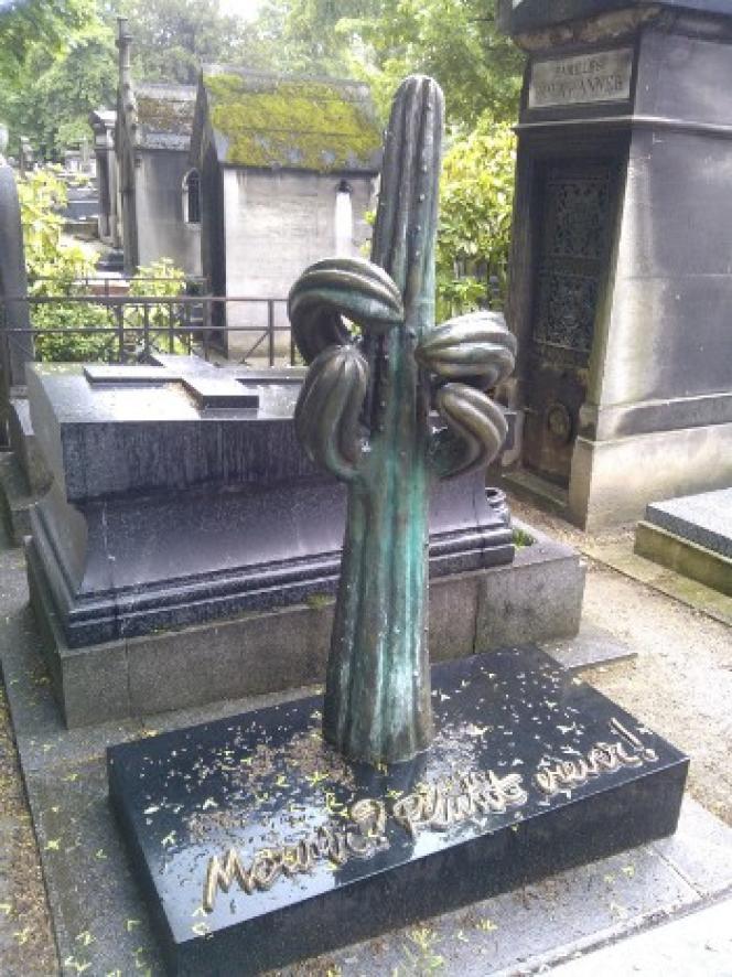 Tombe du dessinateur Siné au cimetière de Montmartre à Paris.