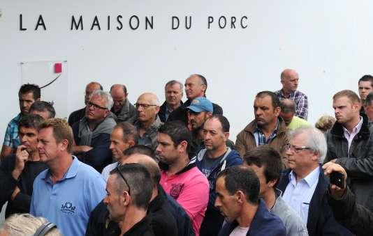 Eleveurs de porc, au marché au cadran de Plérin, le 13 août.