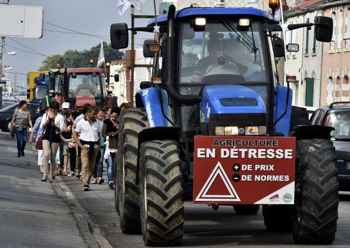 Des tracteurs lors d'une manifestation à La Roche-sur-Yon, le 13 août.