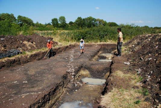 Des archéologues en train de travailler sur le site de fouilles archéologiques du site de Corent, dans le Puy-de-Dôme, en Auvergne, le mercredi 12 août.