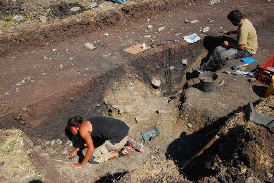 Sur le chantier de fouilles de Corent, tout près d'une ancienne cité gauloise qui fut probablement la capitale des Arvernes, les archéologues viennent de mettre au jour un méga-site de stockage de récoltes.  Photo prise le mercredi 12 août.