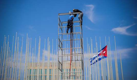Installation d'une estrade devant l'ambassade des Etats-Unis avant la  venue de John Kerry, le 14 août, à La Havane.