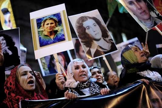 En janvier, à Istanbul, des manifestants brandissent des portraits des trois militantes kurdes tuées à Paris.