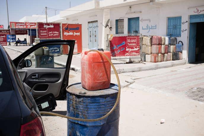 En bord de route, de nombreux commerces procurent de l'essence de contrebande en  provenance de Libye.
