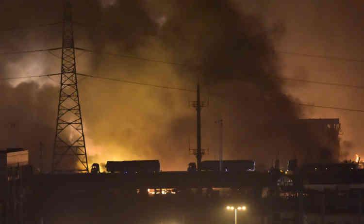 """""""La boule de feu était énorme, peut-être 100 mètres de haut"""", a raconté à l'AFP Huang Shiting, 27 ans, riverain habitant à proximité de la zone portuaire où a eu lieu la série d'explosions."""