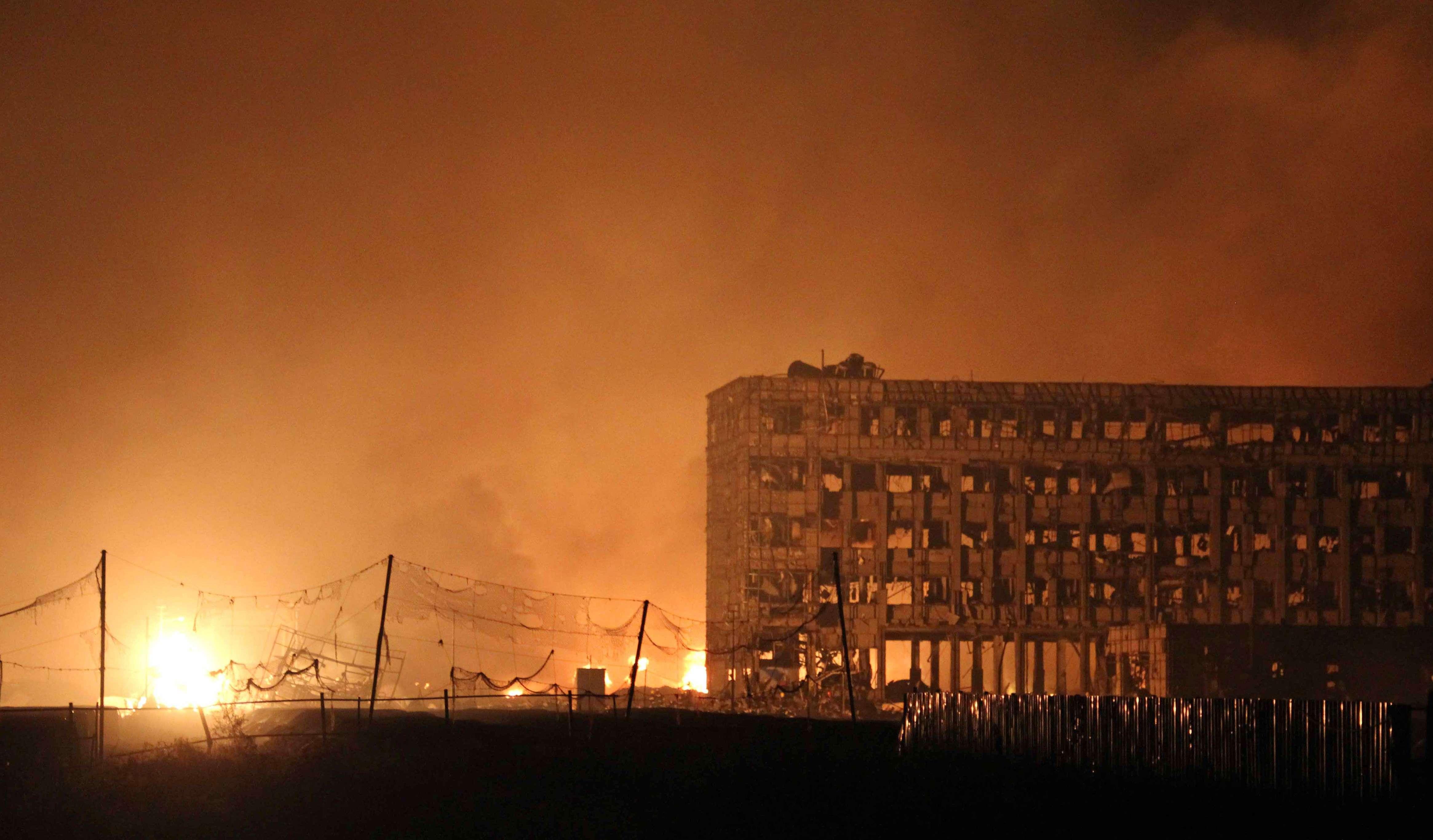 D'après les médias officiels chinois, l'explosion est partie d'un entrepôt de la zone portuaire où une cargaison d'explosifs a pris feu.