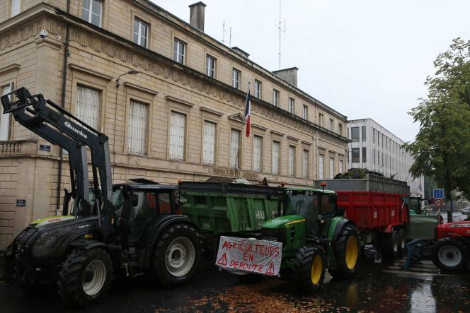 Une centaine d'agriculteurs étaient rassemblés jeudi matin devant la préfecture du Calvados, à Caen.