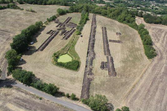 Vue aérienne de l'ancien étang, dit Lac-du-Puy, en cours de fouilles archéologiques sur le site de Corent, en Auvergne, où ont été découverts des silos à grains.