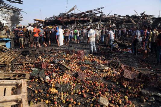 Sur le site de l'attentat-suicide dans un marché de Sadr City, à Bagdad, jeudi 13 août.