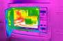 Vue en caméra thermique d'un four à micro-ondes.