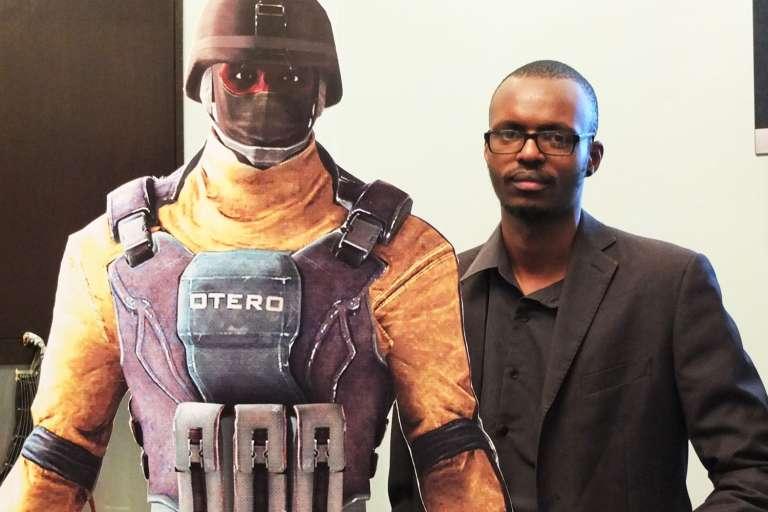 """Andrew Kaggia et le personnage principal de Nairobi X, """"Otero""""."""
