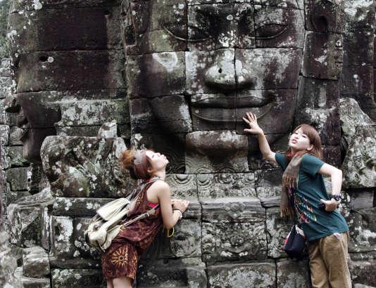 Des touristes au temple Bayon sur le site d'Angkor au Cambodge, en 2009.