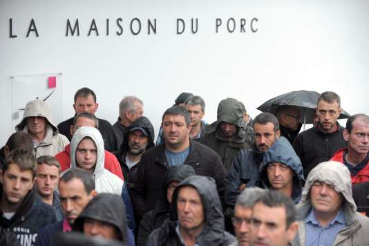 Des éleveurs rassemblés au marché du porc de Plérin, dont la cotation a été reportée, vendredi 14 août.