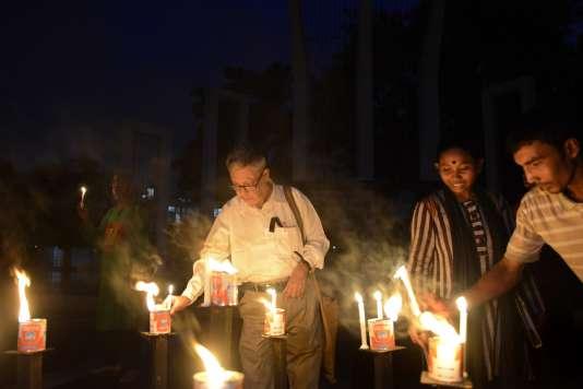 Ajoy Roy, le père d'Avijit Roy, lors d'un rassemblement contre le meurtre du blogueur Niloy Chakrabarti, le 14 août à Dacca.