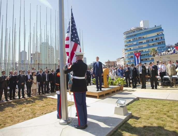Le secrétaire d'Etat américain, John Kerry (au centre), participe, aux côtés d'autres dignitaires, à la levée du drapeau américain devant l'ambassade des Etats-Unis à Cuba pour sa réouverture, le 14 août 2015.