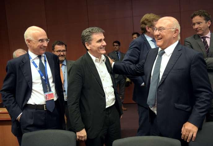 De gauche à droite : Vincenzo La Via, le directeur du trésor italien, Euclide Tsakalotos, le ministre des finances de la Grèce, et Michel Sapin, le ministre des finances de la France, le 14 août à Bruxelles.