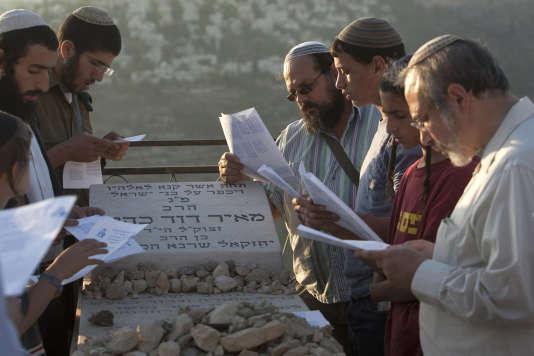 Des disciples de Meir Kahane prient sur sa tombe, près de Jérusalem, en octobre 2010.