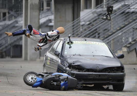 Une simulation d'accident lors d'une campagne de sensibilisation aux dangers de la route au Mans en novembre 2014.