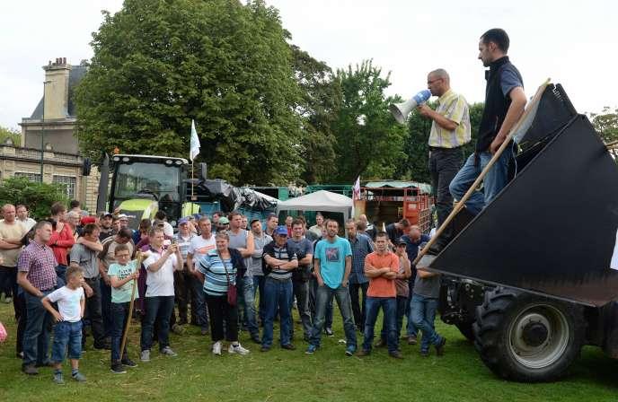 Manifestation d'agriculteurs devant la préfecture du Calvados, à Caen, jeudi 13 août.