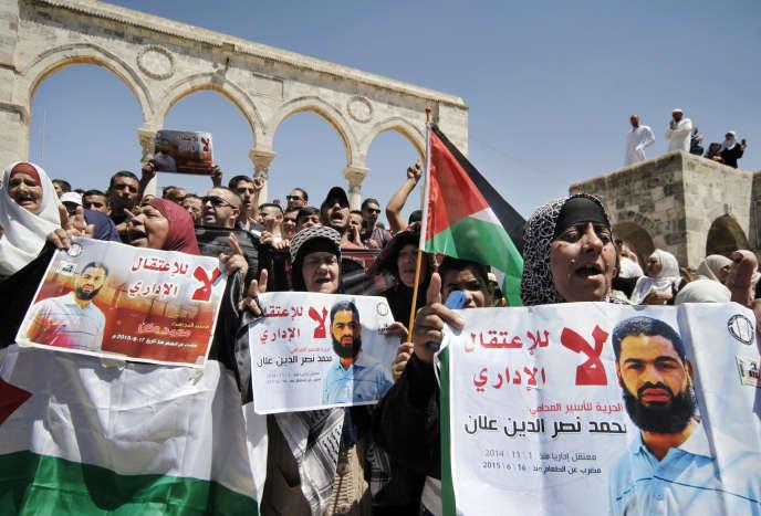 A Jerusalem, des manifestants protestent contre la détention administrative de Mohammed Allan, dans le coma depuis le 14août après deux mois de grève de la faim.