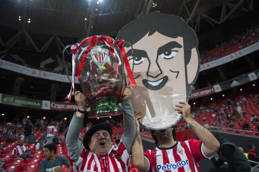 Un supporteur de l'Athletic Bilbao brandit une coupe factice. Vendredi 14 août, le plus dur était fait pour le club basque.