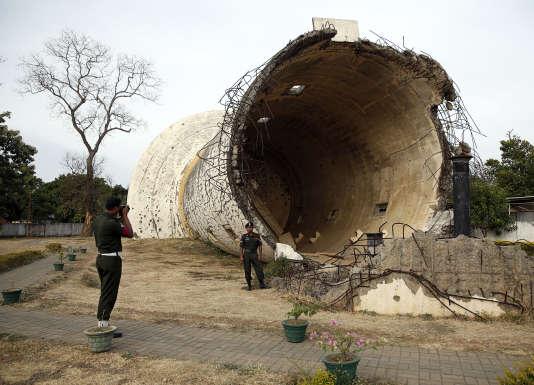 Un château d'eau détruit par les Tigres tamouls pendant le conflit sri-lankais, à Killinochi. Cette ruine, maintenue en l'état par le gouvernement, est dénoncée par les Tamouls comme une propagande d'Etat.