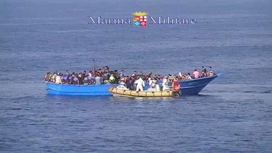 Photo de la Marine italienne, qui est venue au secours d'un bateau de migrants en Méditerranée le 15 août. Au moins 40 personnes sont mortes asphyxiées dans la cale du navire.