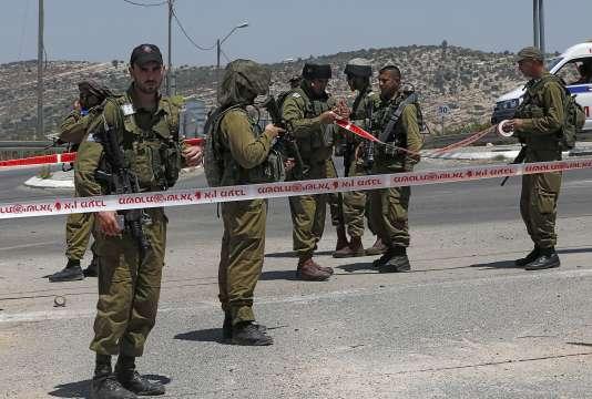 En Cisjordanie, des forces israéliennes sécurisent l'endroit où un Palestinien a attaqué un soldat, le 15 août au matin, avant d'être blessé des militaires.