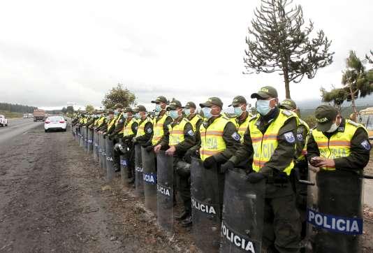 Des policiers équatoriens surveillent la circulation sur une autoroute proche du volcan Cotopaxi, qui s'est réveillé le 14 août.